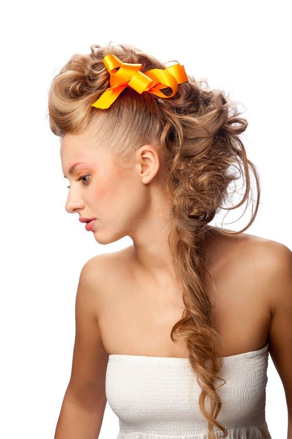 Muchacha hermosa con un peinado elegante foto de archivo libre de regalías