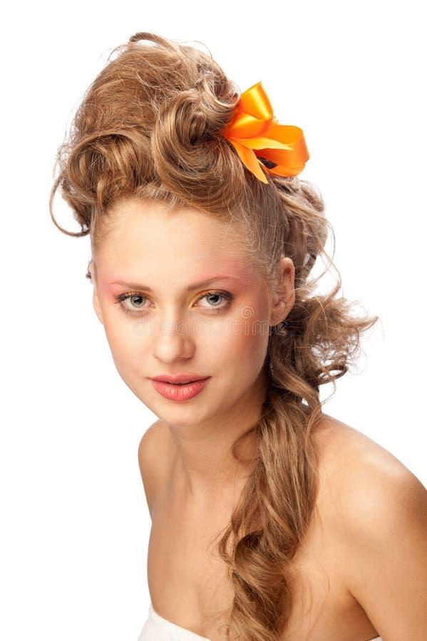 Muchacha hermosa con un peinado elegante imagen de archivo