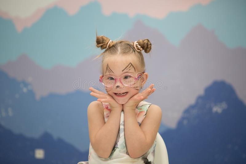 Muchacha hermosa con un Síndrome de Down con aguamarina-gramos fotografía de archivo