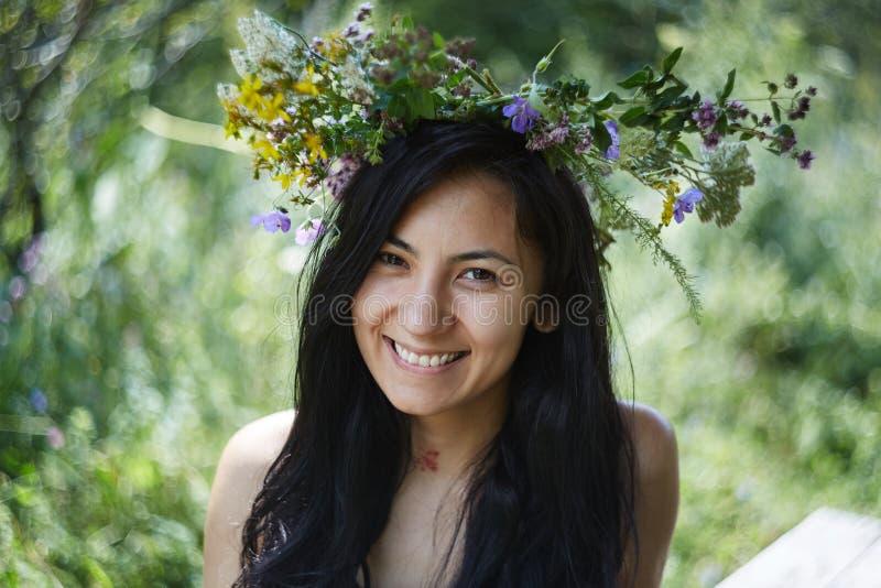 Muchacha hermosa con un wreat de flores en su cabeza foto de archivo libre de regalías
