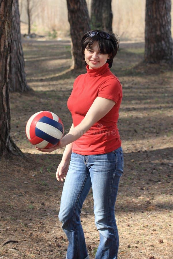 Muchacha hermosa con una bola del voleibol fotos de archivo