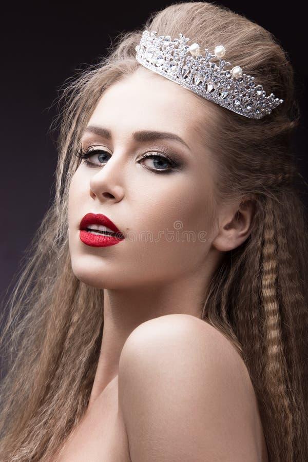 Muchacha hermosa con una corona bajo la forma de princesa Cara de la belleza imagen de archivo libre de regalías