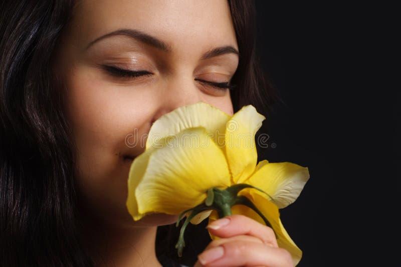 Muchacha hermosa con una flor amarilla encantadora imágenes de archivo libres de regalías