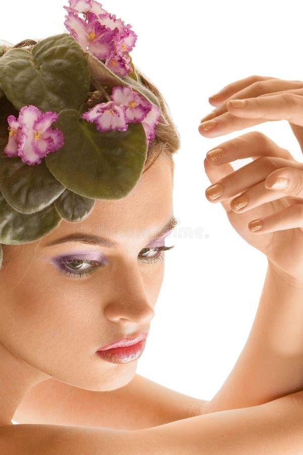 Muchacha hermosa con una guirnalda de flores imágenes de archivo libres de regalías