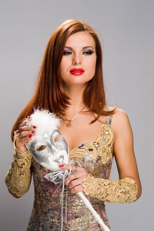 Muchacha hermosa con una máscara imagenes de archivo