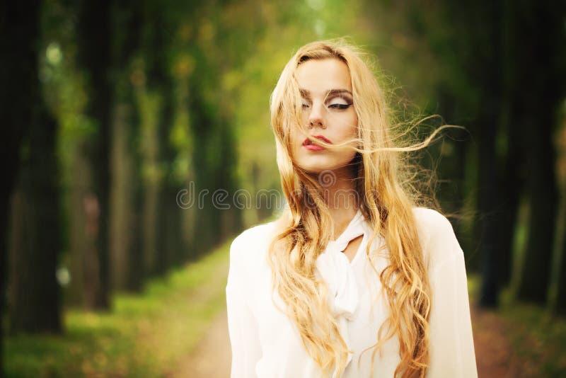Muchacha hermosa con Windy Hair rubia Otoño al aire libre fotografía de archivo