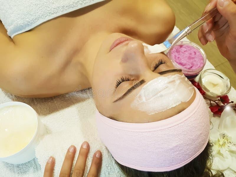 Muchacha hermosa, cuidado sano de la salud cosmética de la máscara en el procedimiento de la cosmetología del skincare de la crem imágenes de archivo libres de regalías