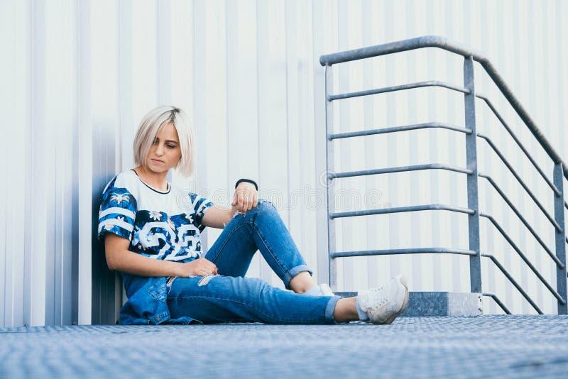 Muchacha hermosa de la imagen con el pelo blanco corto Vestido en vaqueros en estilo urbano Lugar para el texto imagen de archivo