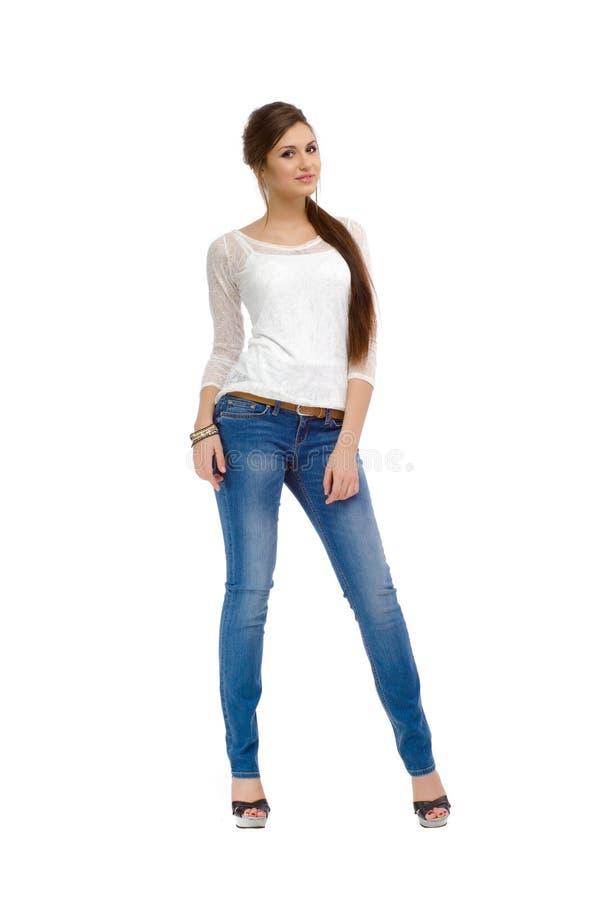 Muchacha hermosa de la moda casual joven que se coloca en estudio fotos de archivo