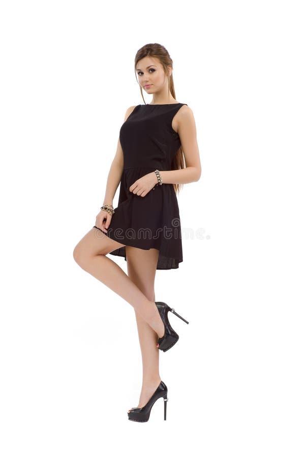 Muchacha hermosa de la moda casual joven que se coloca en estudio foto de archivo