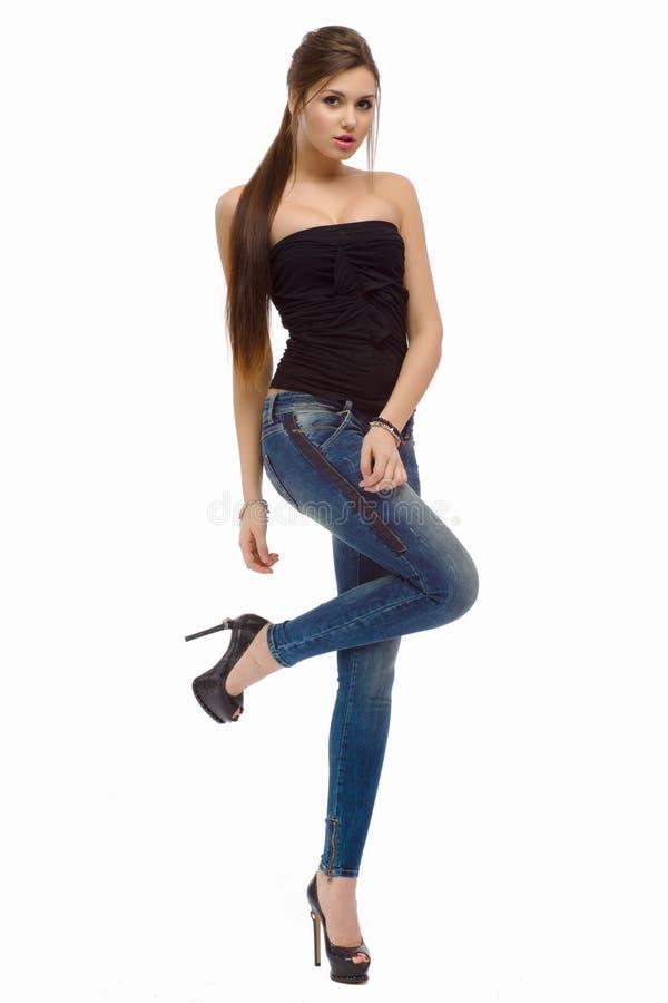 Muchacha hermosa de la moda casual joven que se coloca en estudio foto de archivo libre de regalías