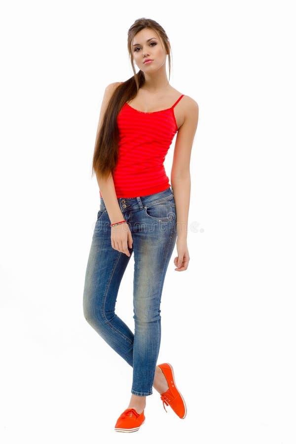 Muchacha hermosa de la moda casual joven que se coloca en estudio imagenes de archivo