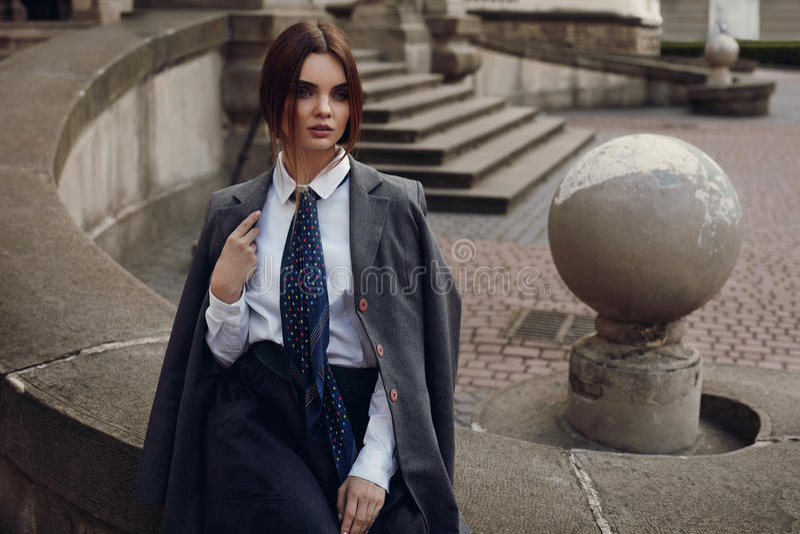 Muchacha hermosa de la moda en la ropa de moda que presenta en calle fotografía de archivo