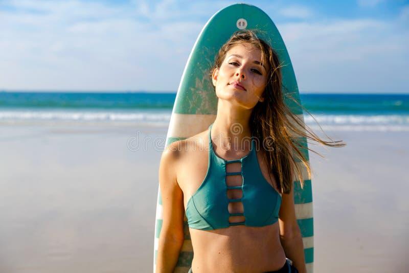 Muchacha hermosa de la persona que practica surf foto de archivo libre de regalías