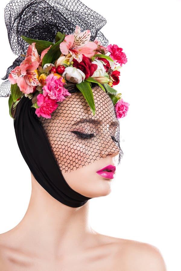 Muchacha hermosa de la primavera en velo con las flores en su pelo foto de archivo