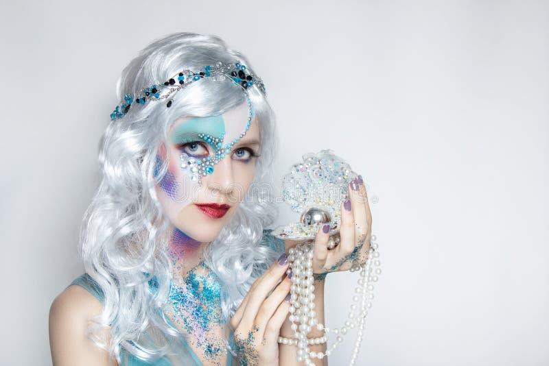 Muchacha hermosa de la sirena en la peluca blanca imagen de archivo