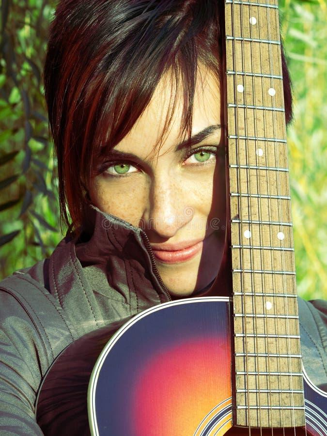 Muchacha Hermosa De Los Ojos Verdes Y Su Guitarra Fotografía de archivo libre de regalías