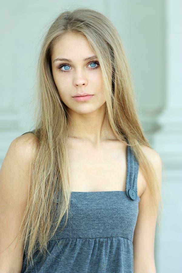 Muchacha hermosa de ojos azules imágenes de archivo libres de regalías