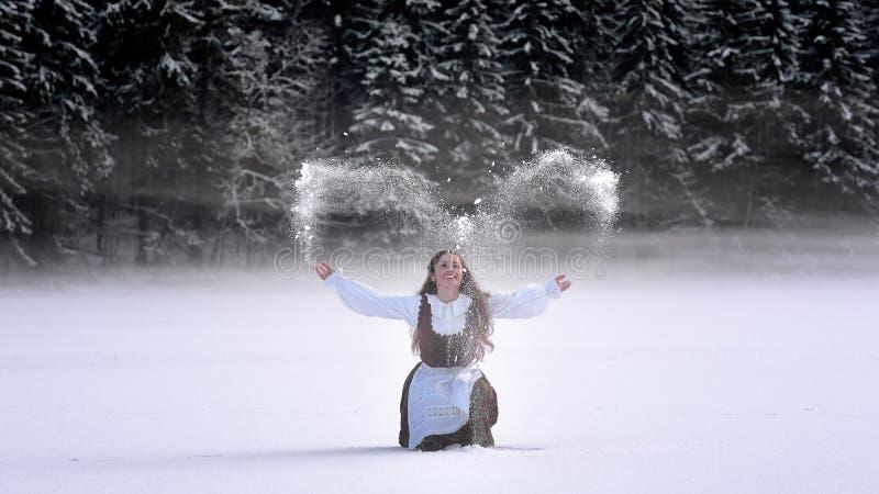 Muchacha hermosa de Rumania y traje tradicional en invierno imagen de archivo