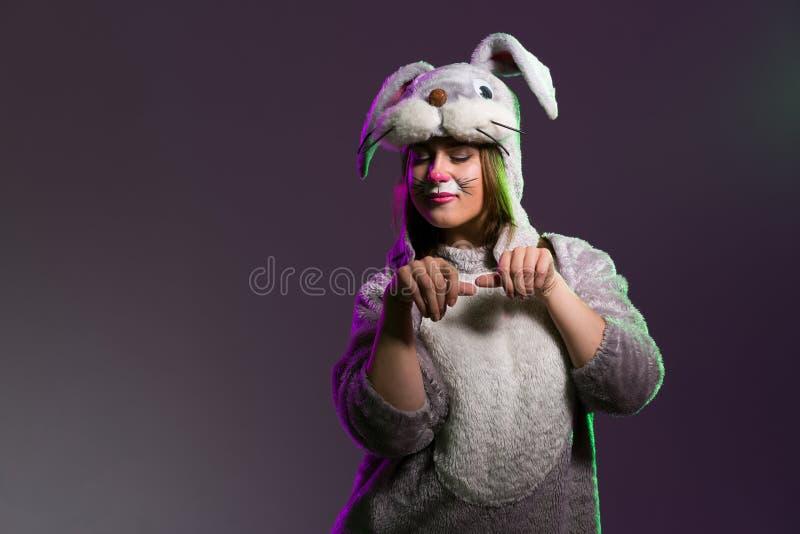 Muchacha hermosa del conejo de Pascua imagen de archivo