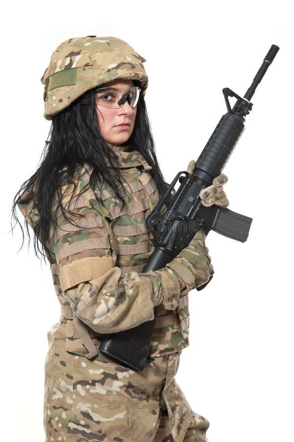 Muchacha hermosa del ejército con el rifle imagen de archivo