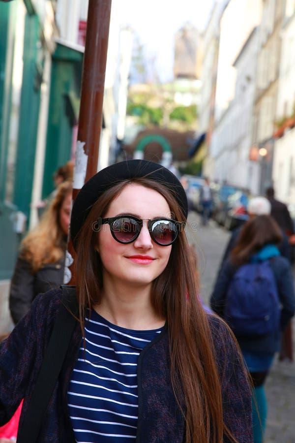 Muchacha hermosa del estudiante en París imágenes de archivo libres de regalías