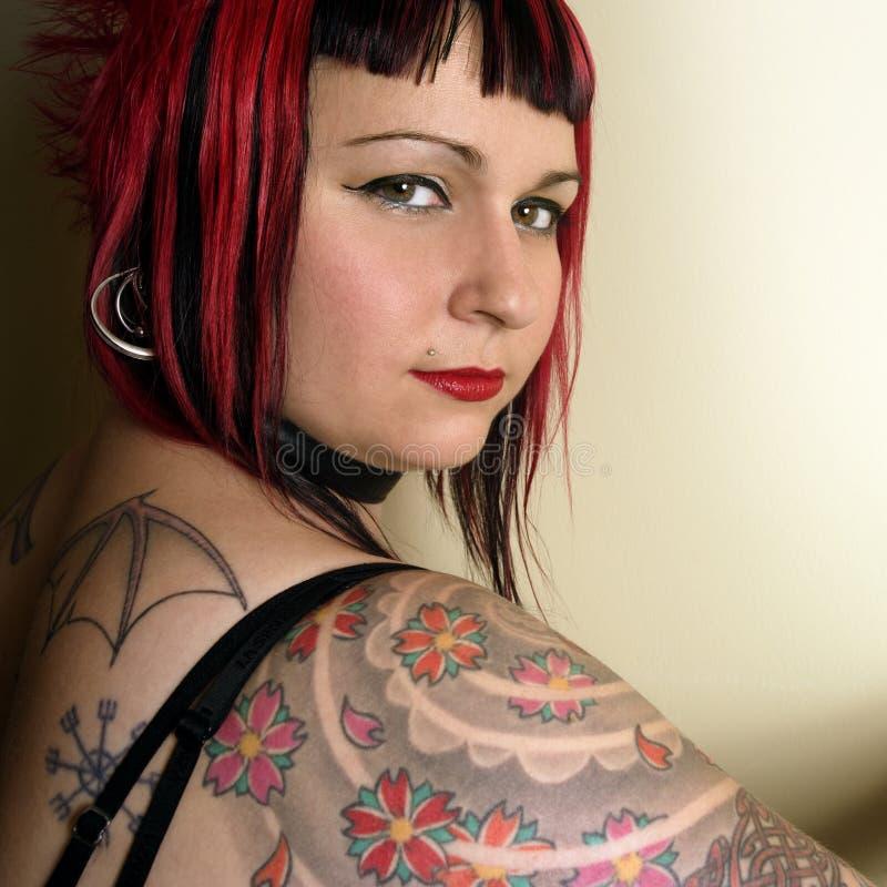 Muchacha hermosa del goth del tatuaje fotografía de archivo libre de regalías