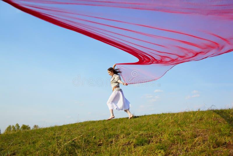 Muchacha hermosa del hippie con la tela roja imagen de archivo