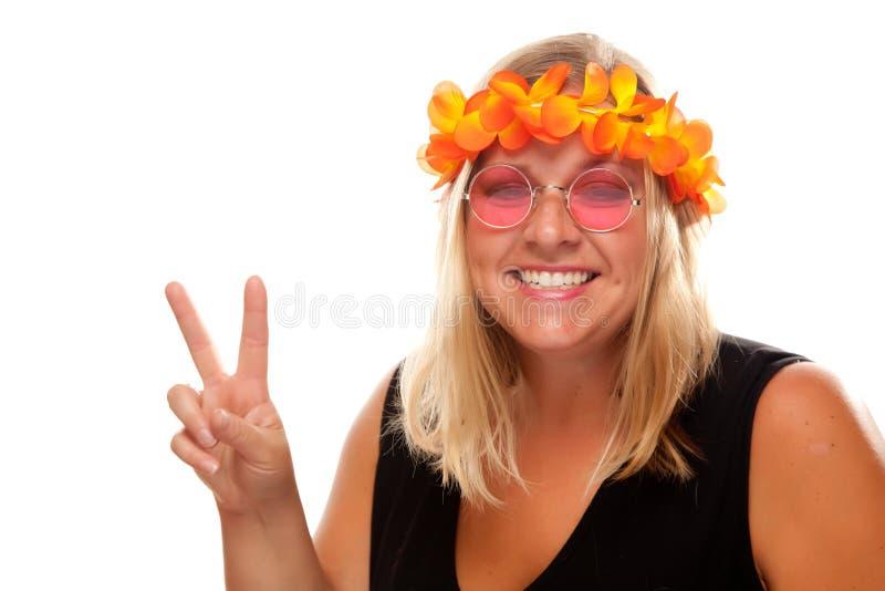 Muchacha hermosa del Hippie con las muestras de paz fotografía de archivo