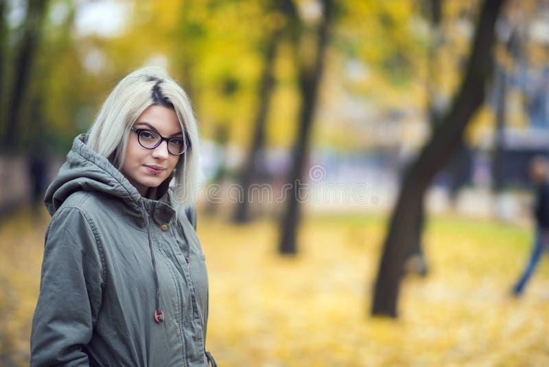 Muchacha hermosa del inconformista con los vidrios en otoño foto de archivo libre de regalías