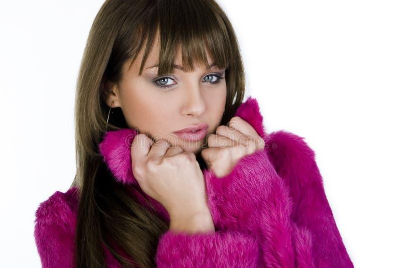 Muchacha hermosa del invierno en abrigo de pieles rosado fotos de archivo