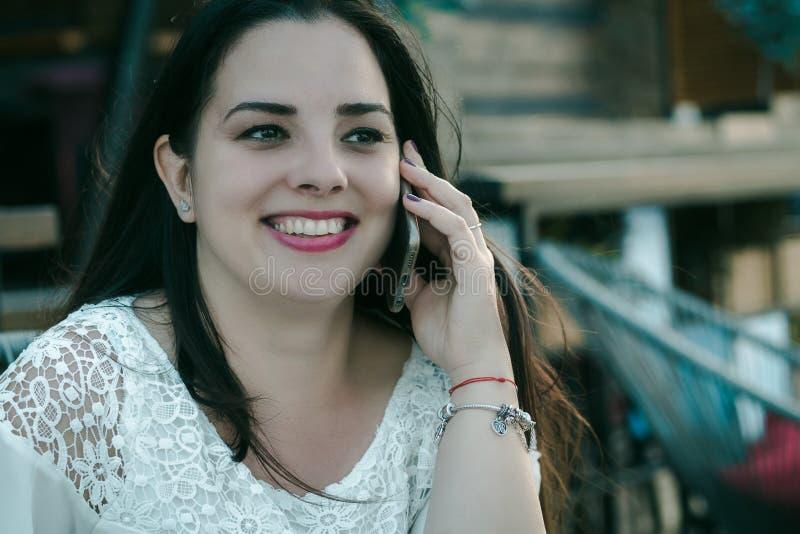 Muchacha hermosa del pelo negro que habla en el teléfono imágenes de archivo libres de regalías