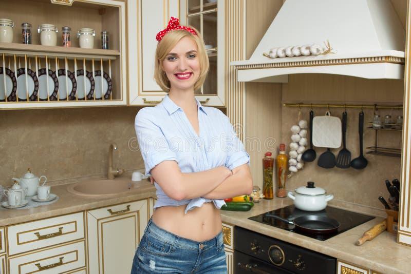Muchacha hermosa del perno-para arriba en una cocina Estilo retro foto de archivo