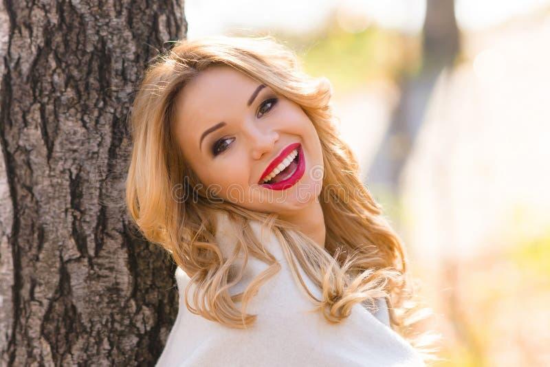 Muchacha hermosa del retrato que sonríe mientras que camina en el bosque fotografía de archivo libre de regalías