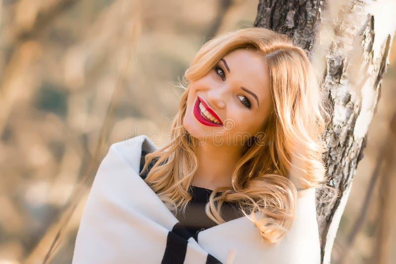 Muchacha hermosa del retrato que sonríe mientras que camina en el bosque imagen de archivo libre de regalías