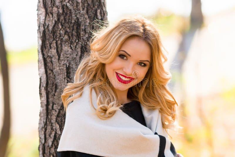 Muchacha hermosa del retrato que sonríe mientras que camina en el bosque fotos de archivo libres de regalías