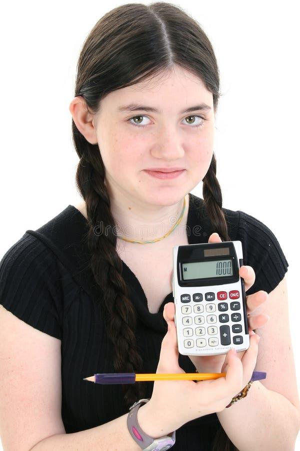Muchacha hermosa del tween que muestra apagado la calculadora fotografía de archivo