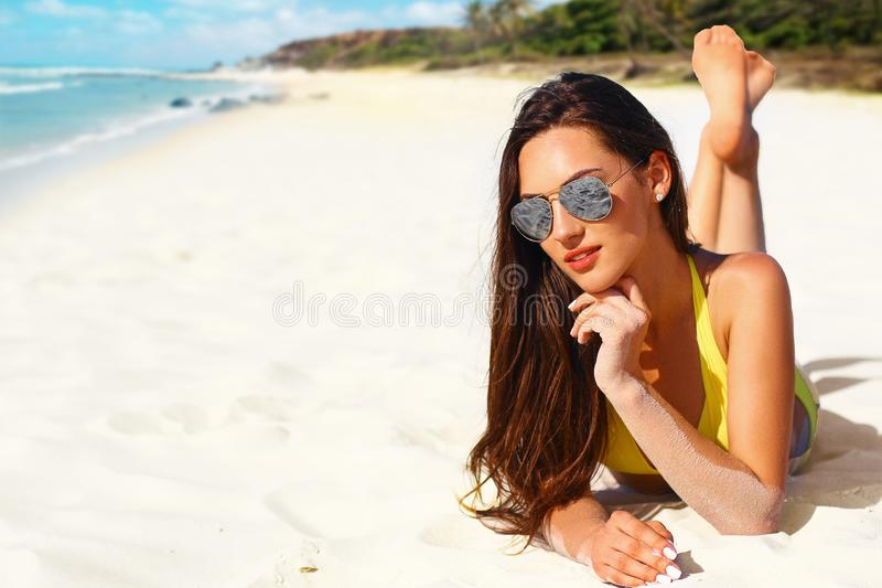 Muchacha hermosa en bikini amarillo en la playa tropical con la arena blanca fotografía de archivo libre de regalías