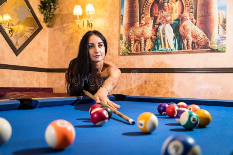 Muchacha hermosa en bikini cerca de la mesa de billar en sitio hermoso en estilo egipcio imagenes de archivo