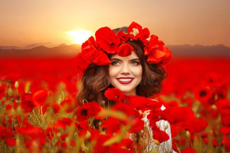Muchacha hermosa en campo de las amapolas en la puesta del sol Soldado enrollado en el ejército adolescente sonriente feliz fotos de archivo