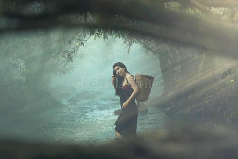 muchacha hermosa en The Creek imagen de archivo libre de regalías