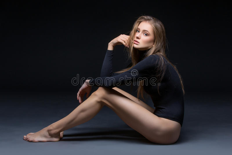 Muchacha hermosa en cuerpo negro imagen de archivo libre de regalías