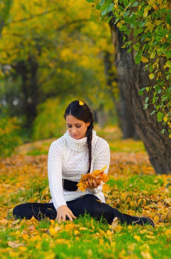 Muchacha hermosa en el bosque del otoño fotos de archivo