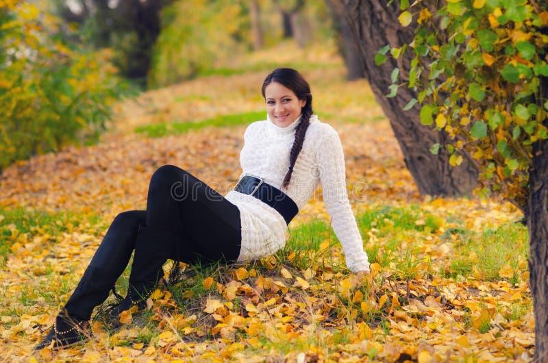 Muchacha hermosa en el bosque del otoño fotografía de archivo libre de regalías
