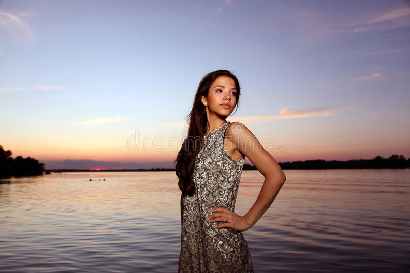 Muchacha hermosa en el tiempo de la puesta del sol imagen de archivo libre de regalías