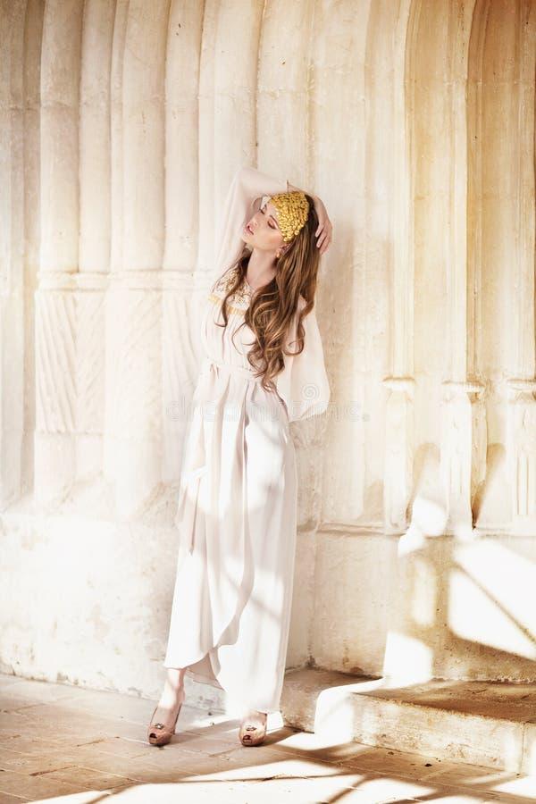 Muchacha hermosa en el vestido blanco fotografía de archivo