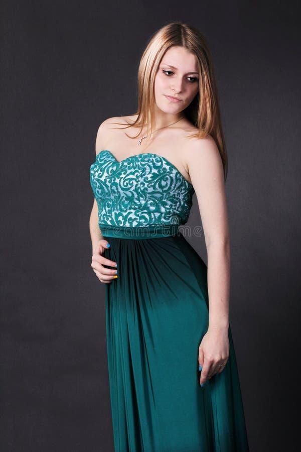 Muchacha hermosa en el vestido esmeralda imagen de archivo libre de regalías