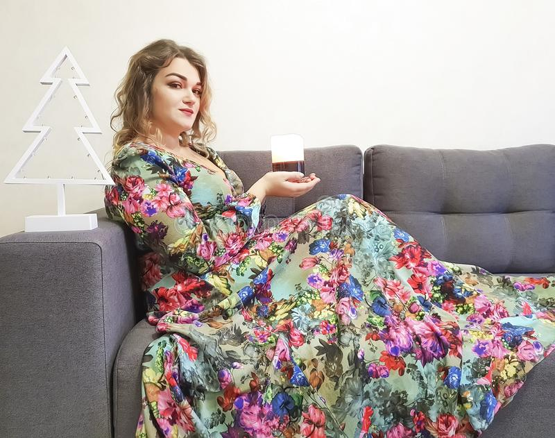 muchacha hermosa en el vestido, pelo rizado, maquillaje del retrato fotos de archivo libres de regalías