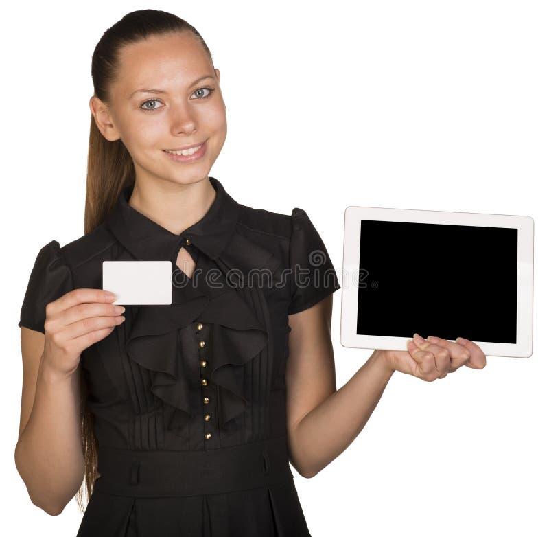 Muchacha hermosa en el vestido que sostiene la tarjeta blanca en blanco fotografía de archivo libre de regalías