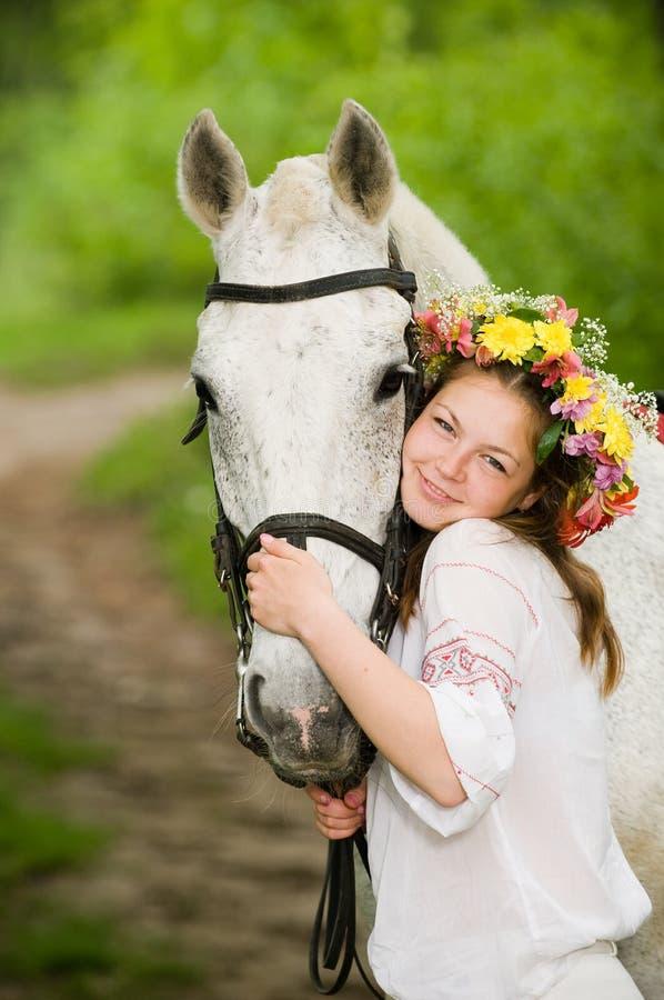 Muchacha hermosa en guirnalda floral fotos de archivo